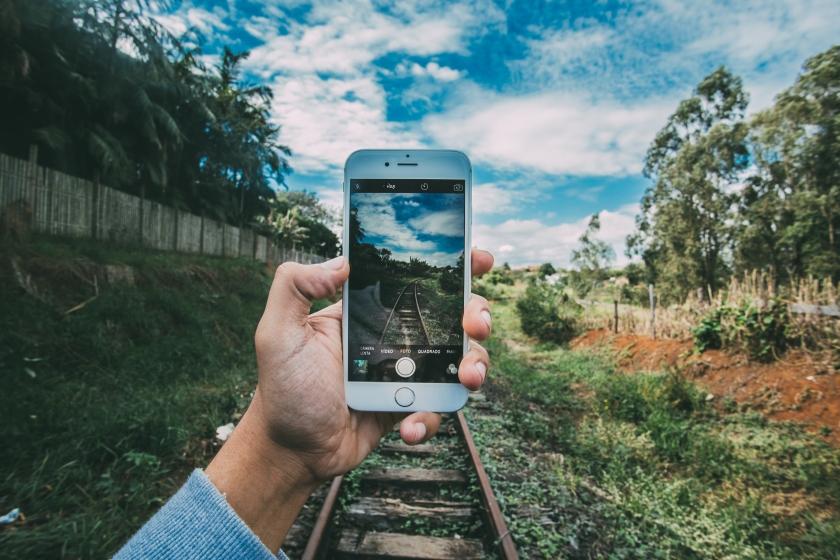 Using smartphones to make media. Photo: Kaique Rocha/CC/Pexels